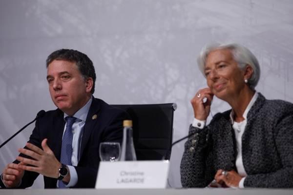 Managing Director IMF Lagarde dan Menteri Keuangan Argentina Dujovne menghadiri konferensi pers di Buenos Aires, Sabtu (21/7). - Reuters