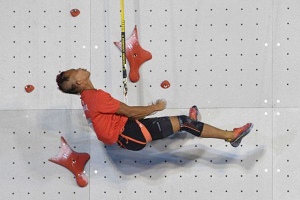 Atlet panjat tebing Indonesia Aspar Jaelolo saat merebut medali emas Asian Games 2018. - Antara