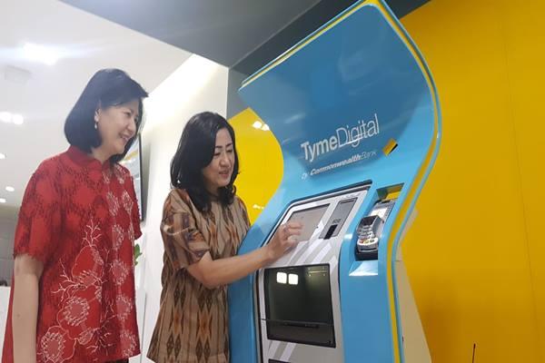 President Director Bank Commonwealth Lauren Sulistiawati (kanan) dan Director of Retail Banking Commonwealth Rustini Dewi (kiri) saat mempraktikan proses pendaftaran rekening baru melalui TymeDigital Kiosk di Bank Commonwealth Cabang Manyar Surabaya, Kamis (6/9/2018) - Bisnis/Peni Widarti
