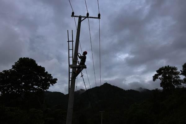 Petugas memasang instalasi kabel listrik - JIBI/Abdullah Azzam