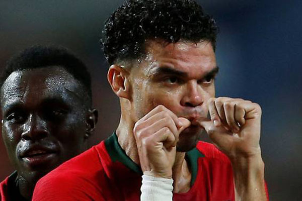 Bek Portugal Pepe setelah mencetak gol ke gawang Kroasia. - Reuters/Pedro Nunes
