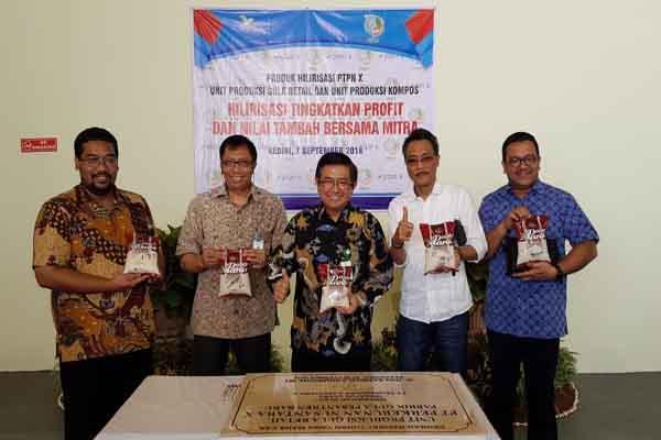 Jajaran Direksi PTPN X dan Komisaris PT Dasaplast Nusantara saat peresmian produk