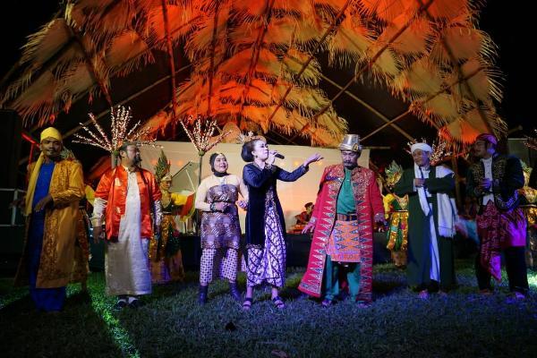 Salah satu pertunjukan pada hari pertama Festival Tepi Sawah di Gianyar. (Ferry Kristianto - Bisnis).