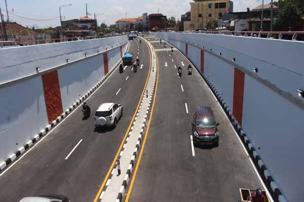 Sejumlah kendaraan mencoba menggunakan Underpass Simpang Tugu Ngurah Rai sebelum resmi dibuka untuk umum, Senin (10/9/2018) - Ni Putu Eka Wiratmini