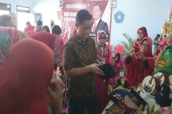 Anggota Komisi VI DPR RI Juliari P Batubara saat melakukan kunjungan di Kampung Hasta Karya,Kelurahan Pedalangan, Banyumanik, Semarang.