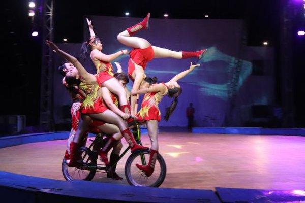 Atraksi akrobat sepeda memukau ratusan penonton yang menyaksikan Oriental Circus di Sentra Niaga, Solo baru, Sukoharjo, Senin (17/9) malam. - JIBI/Sunaryo Haryo Bayu