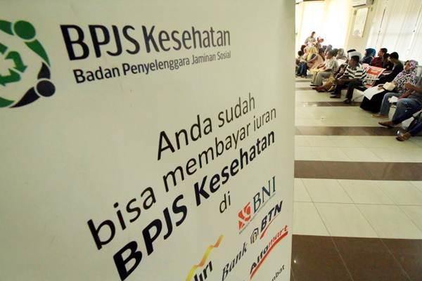 Calon peserta BPJS Kesehatan antre menunggu penyelesaian adminitrasi di kantor BPJS Lhokseumawe, Aceh, Senin (15/5). - Antara/Rahmad