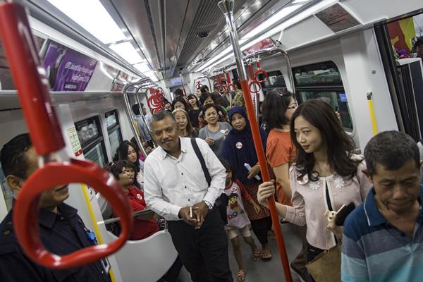 Warga berada dalam kereta api ringan atau light rail transit (LRT) saat uji coba operasi terbatas di Stasiun Velodrome Rawamangun, Jakarta, Senin (10/9). PT Jakarta Propertindo (Jakpro) melakukan proses uji coba moda transportasi LRT Jakarta secara terbatas yang membentang dari Stasiun Velodrome Rawamangun hingga Stasiun Boulevard Utara Kelapa Gading sepanjang 5,8 km dan berlangsung hingga hingga 20 September 2018. - Antara