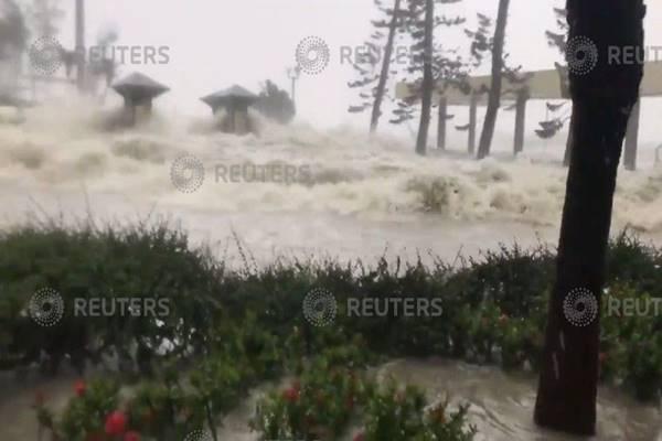 Topan Mangkhut melanda Hog Kong, Minggu (16/9). - Reuters