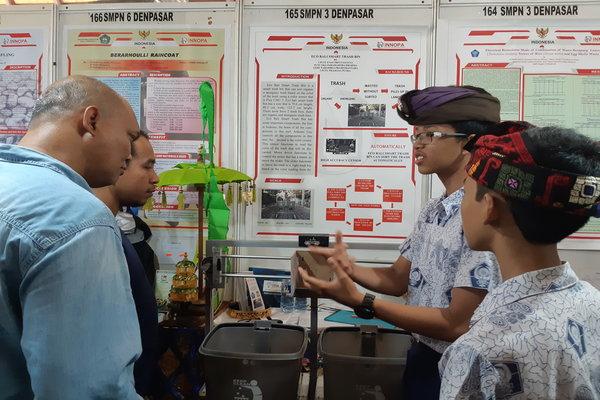 Siswa SMPN3 Denpasar sedang menjelaskan temuannya sebuah alat untuk memilah sampah organik dan norganik dalam acara pameran dan kompetisi kompetisi International Young Inventors Award 2018 yang digelar Innopa di Denpasar, Rabu (19/9/2018). - Bisnis/Ema Sukarelawanto