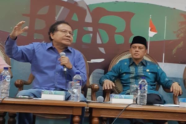 Ekonom Rizal Ramli (kiri) berdiskusi soal impor beras di DPR, Kamis (20/9)./JIBI/BISNIS - John Andi Oktavei