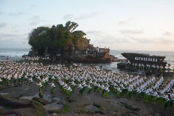 Para penari menampilkan Tari Rejang Sandat Ratu Segara dalam rangkaian Festival Tanah Lot 2018 di Tabanan, Bali, Sabtu (18/8). - Antara/Wira Suryantala