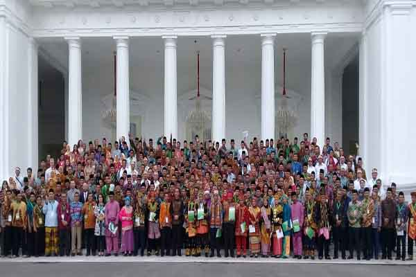: Presiden RI Jokowi bersama perwakilan masyarakat adat penerima SK Hutan Adat di Istana Negara, Kamis (20/9/2018). Jibi - PPSDAK Pancur Kasih