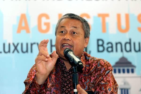 Gubernur Bank Indonesia Perry Warjiyo menyampaikan pidato penutupan pada Seminar Nasional dan Kongres ISEI XX di Bandung, Jawa Barat, Jumat (10/8). Perry Warjiyo secara aklamasi terpilih sebagai Ketua Umum Ikatan Sarjana Ekonomi Indonesia (ISEI) periode 2018-2021. - JIBI/Rachman