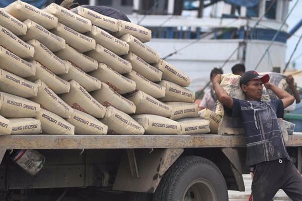 Pekerja memindahkan semen ke atas kapal di Pelabuhan Paotere Makassar, Sulawesi Selatan, Rabu (29/11). - JIBI/Paulus Tandi Bone