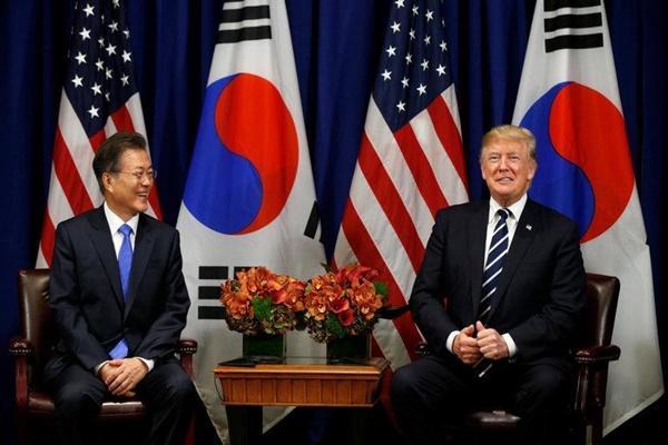 Presiden Korea Selatan Moon Jae-in dan Presiden AS Donald Trump menandatangani kesepakatan ulang perdagangan bebas kedua negara - Reuters