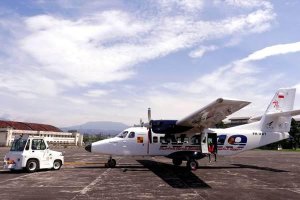 Pesawat N219 ditarik menuju hangar, seusai melakukan uji terbang untuk ke-15 kalinya di landasan pacu PT Dirgantara Indonesia (Persero), di Bandung, Jawa Barat, Jumat (2/2). - JIBI/Rachman