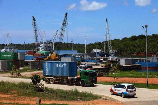Aktivitas bongkar muat di Pelabuhan Kijang yang dikelola PT Pelabuhan Indonesia (Pelindo) I Tanjung Pinang, Kepulauan Riau, Selasa (11/4). - JIBI/Dwi Prasetya