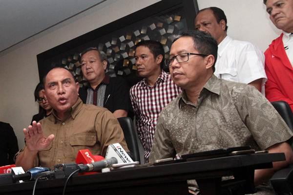 Ketua Umum PSSI Edy Rahmayadi (kiri) didampingi Wakil Ketua Umum PSSI Joko Driyono memberikan keterangan pers mengenai penghentian sementara kompetisi sepak bola Liga I di Jakarta, Selasa (25/9/2018). - ANTARA/Reno Esnir