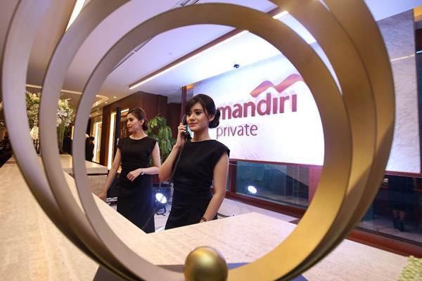 Model berdiri didekat logo Mandiri Private Lounge saat peluncurannya di Plaza Bapindo, Jakarta, Senin (25/9). - JIBI/Abdullah Azzam