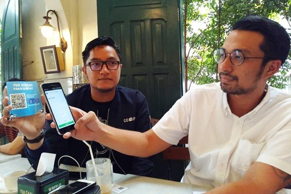 Michael Say, VP Corporate Communication Gojek (kanan) memperkenalkan aplikasi sedekah digital.  - M. Abdi Amna