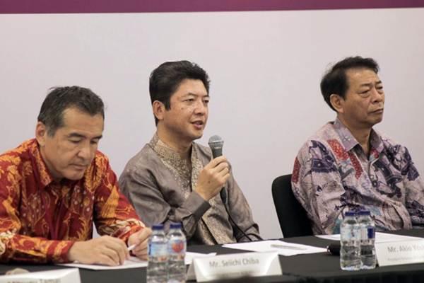 Senior Managing Director AEON MALL Seiichi Chiba (dari kiri), President Director AEON MALL Akio Yoshida, dan President Director AEON Asia Shinobu Whashizawa menjawab pertanyaan wartawan dalam jumpa pers pembukaan AEON Mall, di Jakarta, Sabtu (30/9). - JIBI/Felix Jody Kinarwan