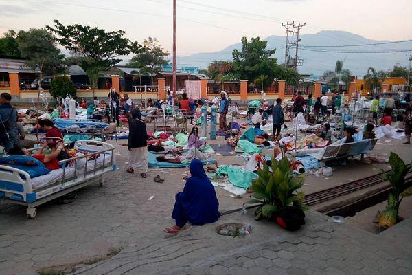 Sejumlah pasien mendapat perawatan di depan Instalasi Gawat Darurat (IGD) RSUD Undata, Palu, Sulawesi Tengah , Sabtu (29/9). Perawatan di luar gedung rumah sakit tersebut untuk mengantisipasi kemungkinan adanya gempa susulan. - ANTARA FOTO/HO/BNPB Sutopo Purwo Nugroho