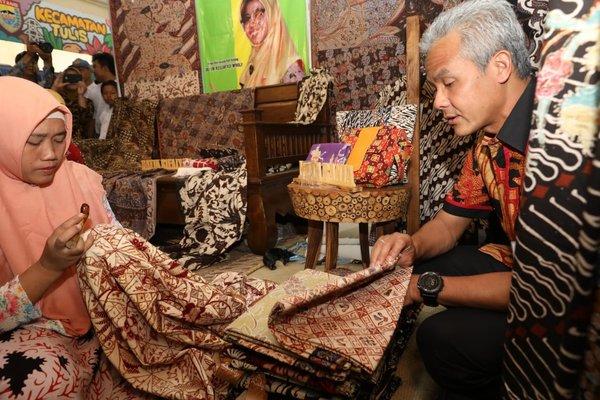 Gubernur Jawa Tengah Ganjar Pranowo bersama Rifa'iah saah satu perajin batik khas Kabupaten Batang. - Ist