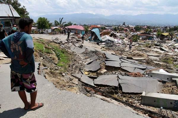 Warga mengamati dampak kerusakan pascagempa di Kecamatan Balaroa, Palu, Sulawesi Tengah, Selasa (2/10/2018). - JIBI/Paulus Tandi Bone