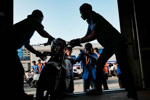 Petugas menaikkan sepeda motor peserta program angkutan sepeda motor gratis Kereta Api di stasiun logistik Kampung Bandan, Jakarta, Senin (11/6/2018). - JIBI/Felix Jody Kinarwan
