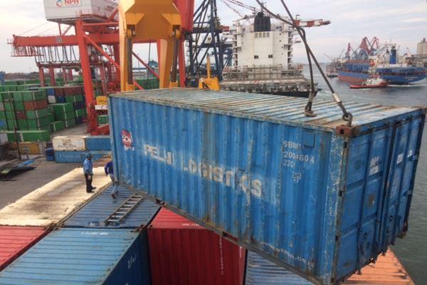 KM Gunung tengah melakukan bongkar muat kontainer di Pelabuhan Tanjung Priok. Kapal buatan galangan Meyer Werft, Jerman ini bisa mengangkut 98 TEUs kontainer di samping mengangkut penumpang. JIBI -  Rivki Maulana