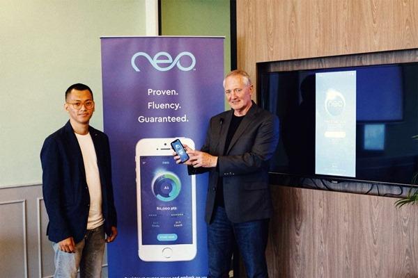 Global CEO Nexgen English Online co.& Dyned International, Ian StuartAdam (kanan) bersama Indonesia Chief Representative Officer for nexgen English online. Co, Artnandia Priaji, saat peluncuran Neo di Jakarta pada hari iniRabu (3/10/2018) - istimewa