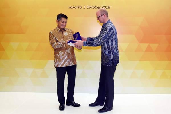 Presiden Direktur Maybank Indonesia Taswin Zakaria (kiri) berbincang dengan Country Manager & Direktur Utama Allianz Life Indonesia Joos Louwerier saat acara peningkatan kemitraan strategis di Jakarta, Rabu (3/10/2018). - JIBI/Abdullah Azzam