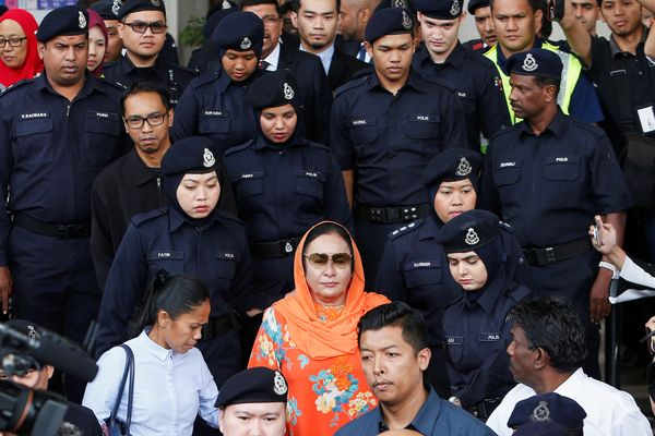 Rosmah Mansor, istri mantan Perdana Menteri (PM) Malaysia Najib Razak, meninggalkan pengadilan di Kuala Lumpur, Malaysia, Kamis (4/10). - Reuters/Lai Seng Sin