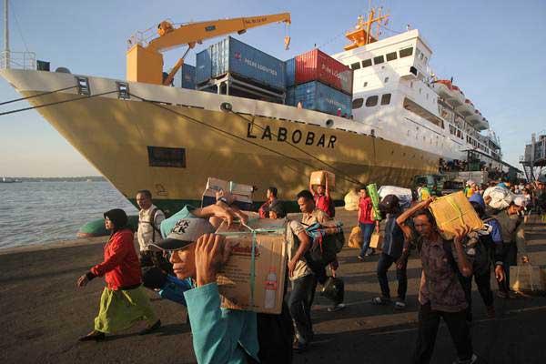 Penumpang turun dari KM Labobar yang bertolak dari Pelabuhan Balikpapan saat tiba di Pelabuhan Tanjung Perak, Surabaya, Jawa Timur, Minggu (18/6). - Antara/Moch Asim