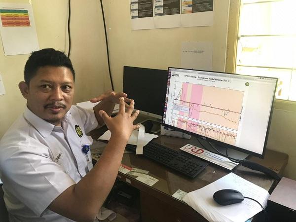 Staf Pos Pemantauan Gunung Agung di Rendang Karangasem Bali memberikan penjelasan mengenai hasil pantauan terakhir aktivitas Gunung Agung - Bisnis.com/Hery Trianto