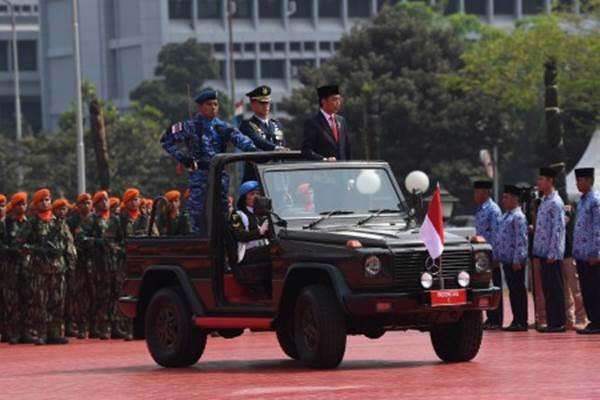Presiden Joko Widodo memeriksa pasukan ketika menjadi Inspektur Upacara HUT Ke-73 TNI di Mabes TNI Cilangkap, Jakarta, Jumat (5/10/2018). Perayaan HUT Ke-73 TNI mengusung tema