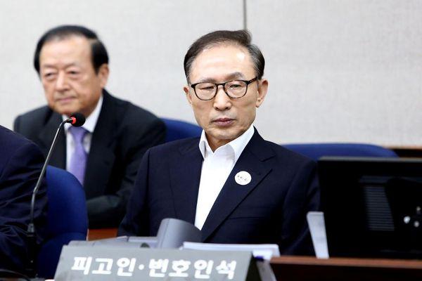 Mantan Presiden Korea Selatan (Korsel) Lee Myung-bak hadir dalam persidangan perdananya di Pengadilan Pusat Distrik Seoul pada 23 Mei 2018 di Seoul, Korsel. - Reuters/Chung Sung Jun