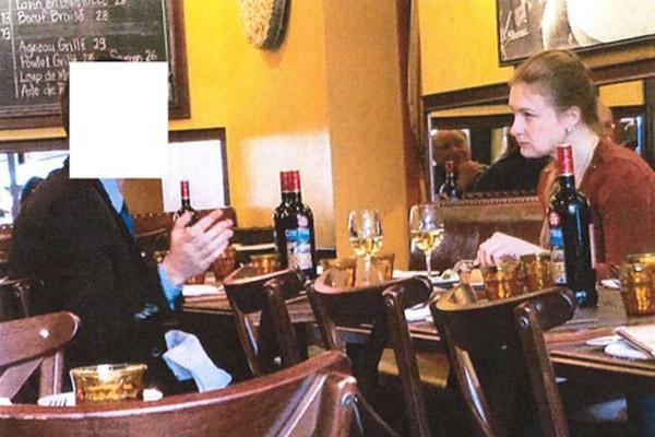 Maria Butina saat berbicara dengan seseorang yang diduga agen rahasia Rusia. Foto ini adalah dokumentasi dinas rahasia FBI (Federal Bureau of Investigation) tertanggal 18 Juli 2018. - Bisnis/Reuters