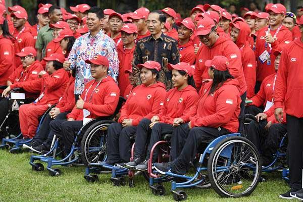 Presiden Joko Widodo (tengah) bersama Ketua Inapgoc Raja Sapta Oktohari berfoto bersama atlet Para Games usai upacara pelepasan kontingen Indonesia untuk Asian Para Games 2018 di Istana Merdeka, Jakarta, Selasa (2/10/2018). - ANTARA/Puspa Perwitasari