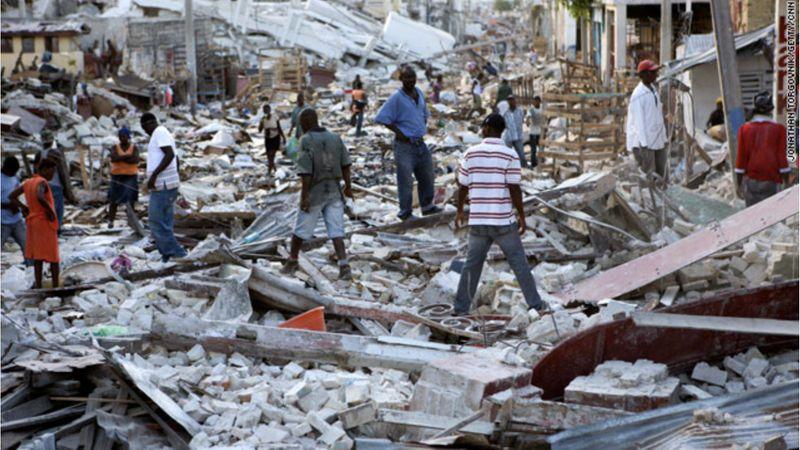Masyarakat Haiti berupaya mencari barang-barang mereka yang terkubur di bawah reruntuhan bangunan yang hancur akibat gempa pada 2010. - Reuters