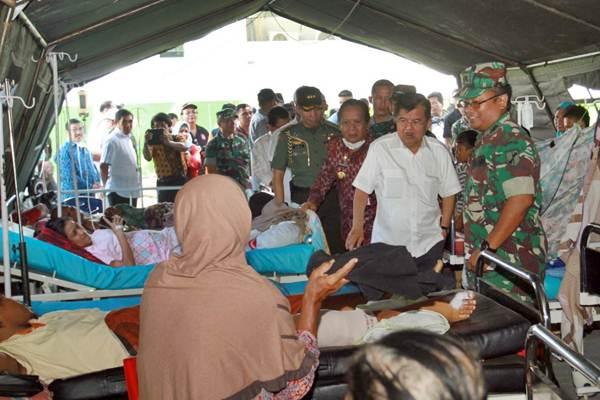 Wakil Presiden Jusuf Kalla (kedua kanan) didampingi Gubernur Sulawesi Tengah Longki Djanggola (ketiga kanan) mengunjungi tenda rumah sakit Wirabuana di Palu, Sulawesi Tengah, Jumat (5/10/2018). - JIBI/Paulus Tandi Bone