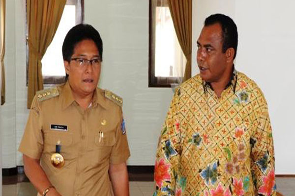 Bupati Badung Nyoman Giri Prasta (kiri) bersama Bupati Abdul Faris Umlati.