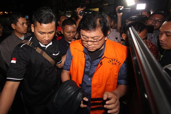 Pengacara Lucas mengenakan rompi tahanan seusai diperiksa di gedung KPK, Jakarta, Selasa (2/10). Penyidik KPK menahan Lucas usai ditetapkan sebagai tersangka kasus dugaan menghalangi penyidikan dugaan suap yang melibatkan mantan bos Lippo Group Eddy Sindoro. - Antara/Adam Bariq