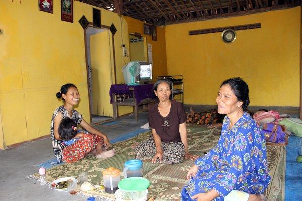 Waginem, 42, (kanan) berbincang dengan anggota keluarganya di ruang tamu rumah keluarganya di Dukuh Gabus Wetan RT 005, Desa Gabus, Ngrampal, Sragen, Selasa (9/10). - JIBI
