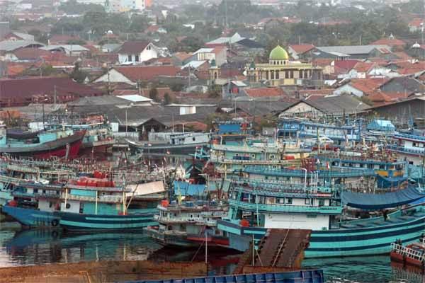 Sejumlah kapal yang menggunakan alat tangkap cantrang bersandar saat tidak melaut di Pelabuhan Tegal, Jawa Tengah - Antara/Oky Lukmansyah