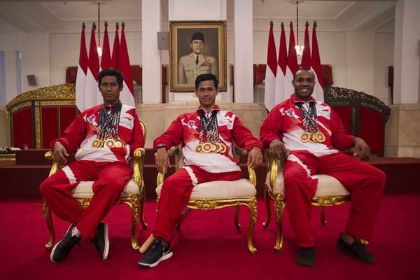 Tiga atlet renang ASEAN Paragames 2017 Guntur (kiri), Jendi Pangabean (tengah), dan Musa Mandan Karubaba berpose usai bertemu presiden di Istana Negara, Jakarta, Senin (2/10). - ANTARA/Rosa Panggabean