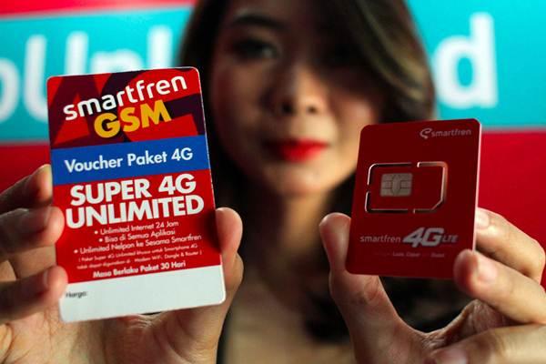 Model memperlihatkan kartu perdana saat peluncuran produk terbaru Smartfren Super 4G Unlimited dan Super 4G Kuota di Jakarta, Selasa (18/9/2018). - JIBI/Abdullah Azzam