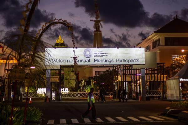 Petugas kepolisian melintas di depan papan ucapan Selamat Datang pada ajang Pertemuan Tahunan IMF-World Bank Group 2018 di kawasan Nusa Dua, Bali, Senin (8/10). - Antara