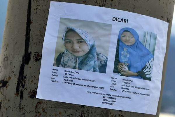 Poster warga yang hilang pascagempa dan tsunami dipasang oleh pihak keluarga, di Kawasaan Pantai Talise, Palu, Sulawesi Tengah, Minggu (7/10/2018). - ANTARA/Wahyu Putro A